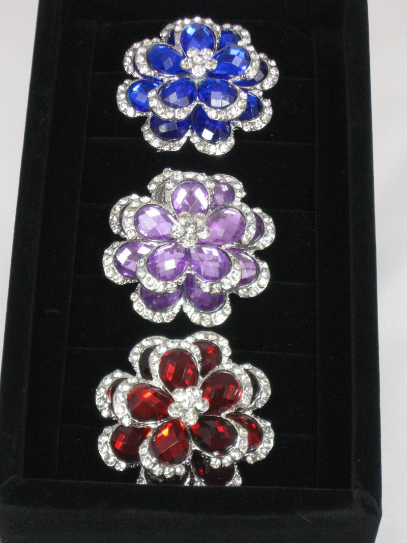 Shiny Glass Brooch in the Shape of a Flower and Edged with Diamantes
